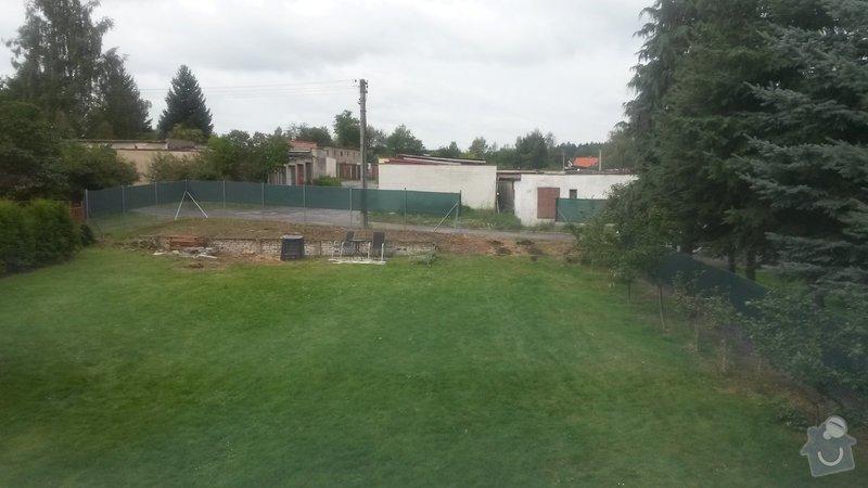 Zeď na zahradě z plotových tvarovek : 20140901_101210