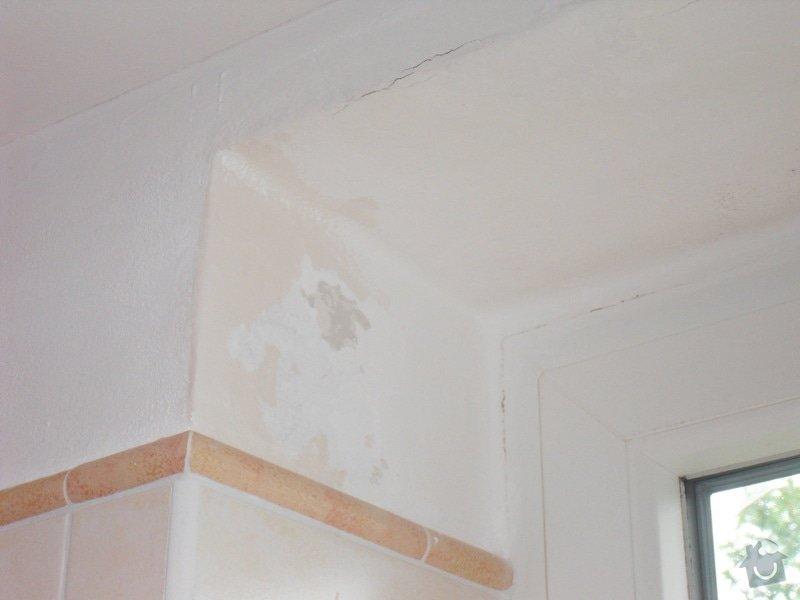Malířské práce, zednické opravy, alespoň hrubý úklid (chodbička přízemí, chodba schody - 2. patrová, záchod, koupelna, stěna v obývacím pokoji): Praskla_omitka_kolem_okna_v_koupelne_-_detail