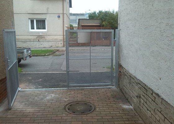 Dvoukřídlá vrata.