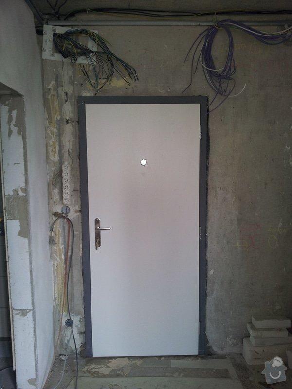 Nátěr zárubně vchodových dveří do bytu: 20131221_120052