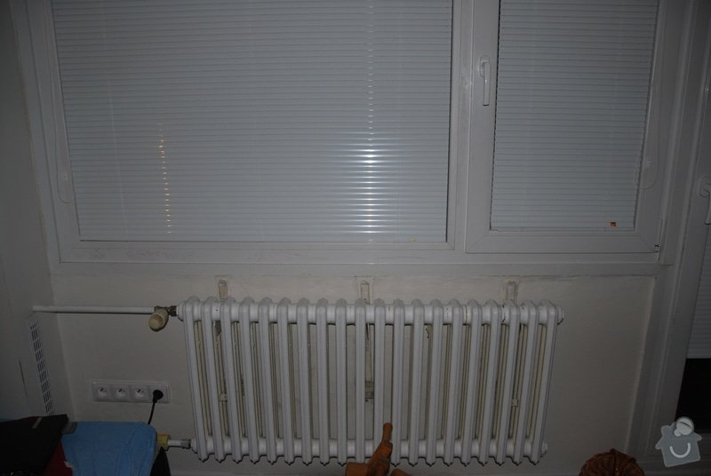 Dva plastové parapety nad radiátory: DSC_0047