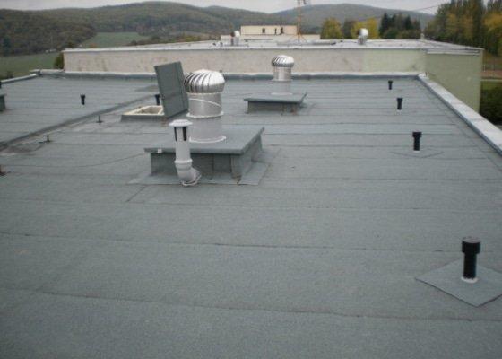 Hydroizolace střechy, oprava chodníku, fasády