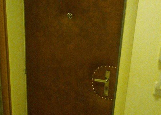 Přečalounění dveří koženkou