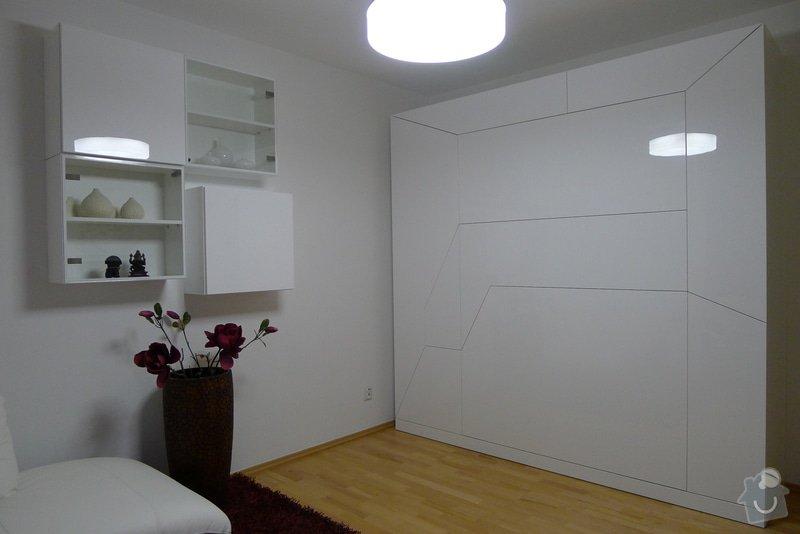 Šatní skříň s výklopnou postelí: 4.10_Satni_skrin_v_bilem_vysokem_lesku_s_vyklopnou_posteli