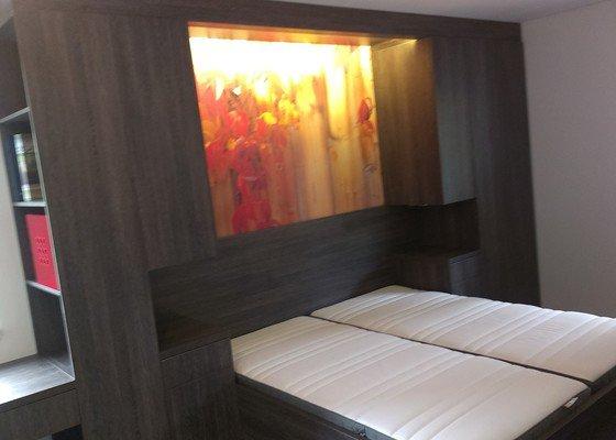 Postel s úložným prostorem, šatní skříň, noční stolky, komoda, úložné skříňky a pracovní stůl do ložnice
