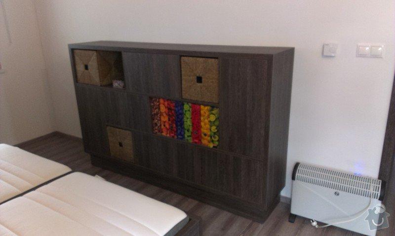 Postel s úložným prostorem, šatní skříň, noční stolky, komoda, úložné skříňky a pracovní stůl do ložnice: IMAG0112