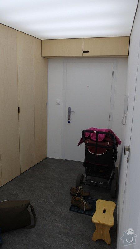 Kuchyňská linka + vestavěné skříně: predsin_vstupni_dvere