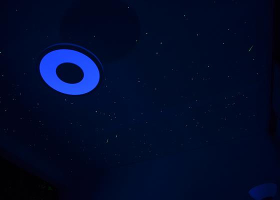 Noční obloha v ložnici dospělých i v dětském pokoji