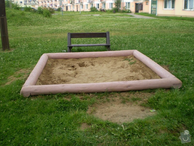 Pískoviště,lavičky,odpadkové koše,oplocení: P7010049