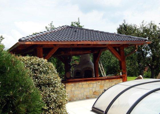 Výstavba venkovní kuchyně pod masivní ručně otesanou dřevostavbou