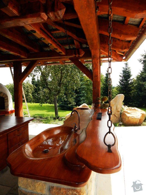 Výstavba venkovní kuchyně pod masivní ručně otesanou dřevostavbou: DSCN3876res