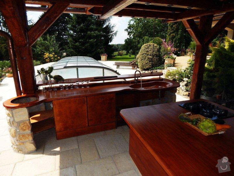 Výstavba venkovní kuchyně pod masivní ručně otesanou dřevostavbou: DSCN3890res