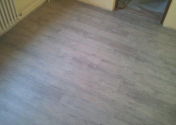Srovnání podlahy samonivelační stěrkou, montáž vinylu, soklování, montáž prahu a přechodových lišt