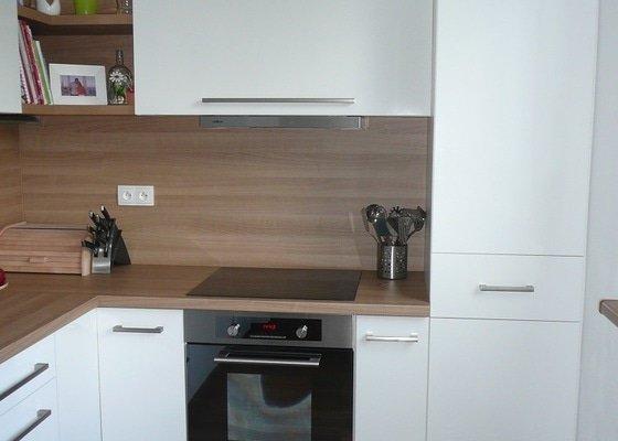 Podlaha, dveře, kuchyňská linka, botník