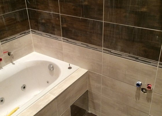 Pokládka obkladů (cca 26m2) a dlažby (7m2) v koupelně, WC a v předsíni