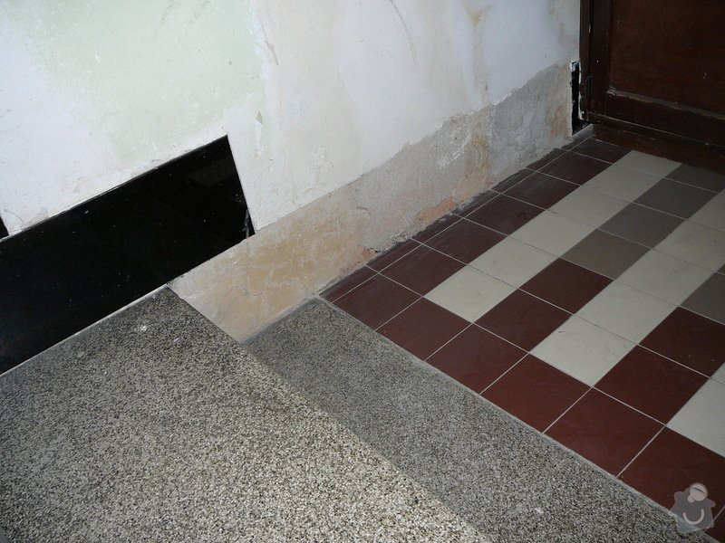 Oprava dlažby kolem schodů na chodbě v bytovém domě: P1080982