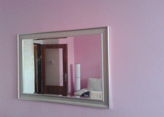 Preveseni skrinek Besta z jedne steny na druhou, poveseni dvou zrcadel