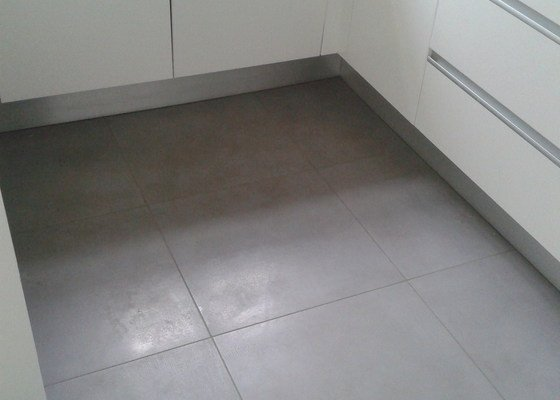 Obklad koupelny, pokládka dřevěné podlahy a dlažby