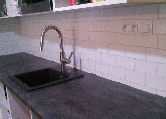 Zhotovení obkladu nad pracovní deskou v kuchyni