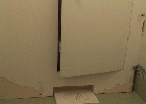 Zástěna stupaček na toaletě v paneláku