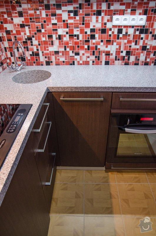 Kuchyňská linka a úložná skříň s vyklápěcí postelí a sedačkou. : 4-28