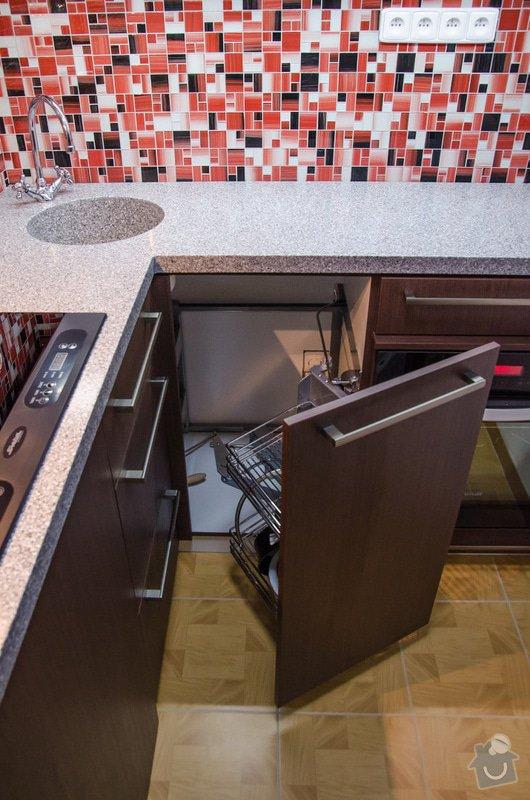 Kuchyňská linka a úložná skříň s vyklápěcí postelí a sedačkou. : 4-29