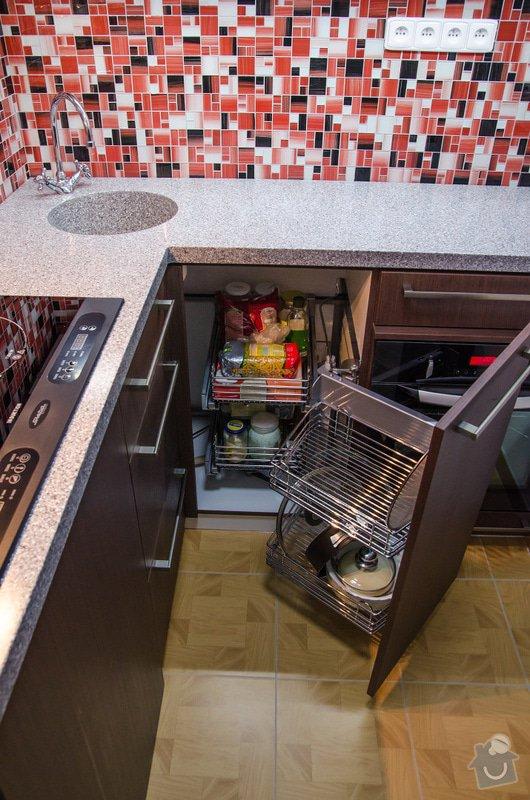 Kuchyňská linka a úložná skříň s vyklápěcí postelí a sedačkou. : 4-31