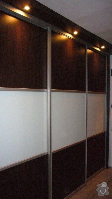 Vyroba vestavene skrine: skrin-s-rampou-s-bodovym-osvetlenim-806