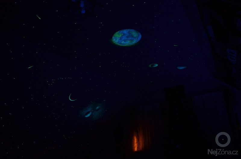 Dekorace stropu a šikminy noční oblohou v dětském pokoji: DSC_0052