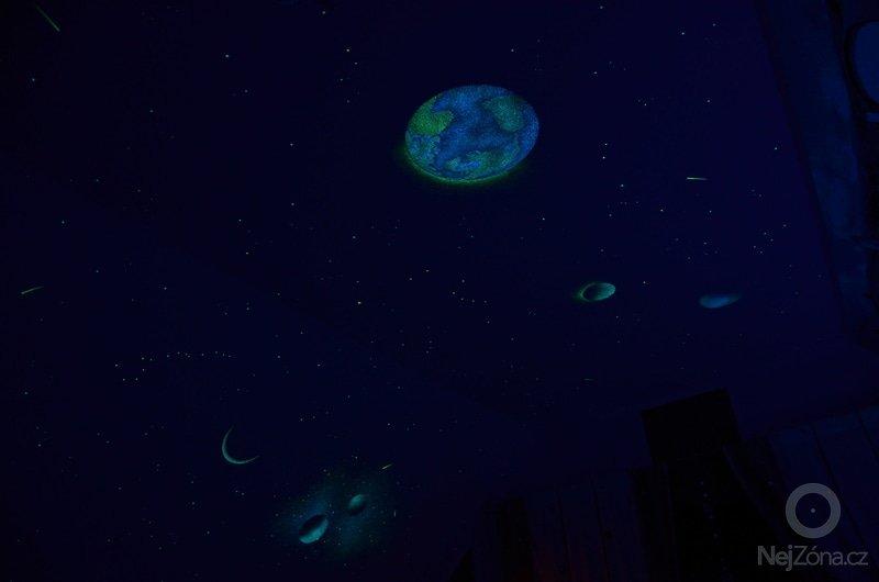 Dekorace stropu a šikminy noční oblohou v dětském pokoji: DSC_0062