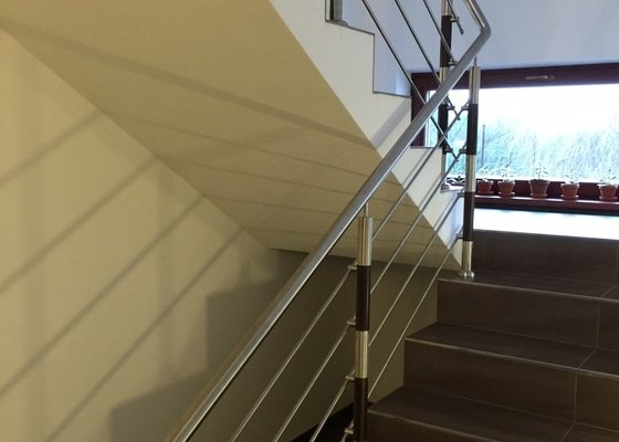Balkónové zábradlí z nerezi a schodišťové zábradlí