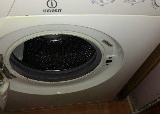 Pračka Indesit WS 105 TX - přichycení dveřní manžety