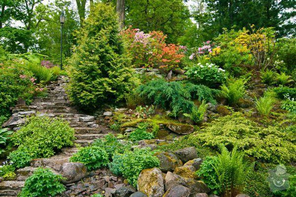 Realizace zahrady se svažitými okraji: Inspirace_zahrada_co_se_nam_libi__pro_nas_svah_z_boku_domu_udelat_v_mini_verzi_1_