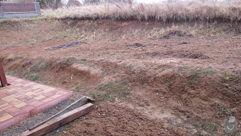 Realizace zahrady se svažitými okraji: Pohled_na_zahradu_od_posezeni_vpravo_nasleduje_souseduv_plot
