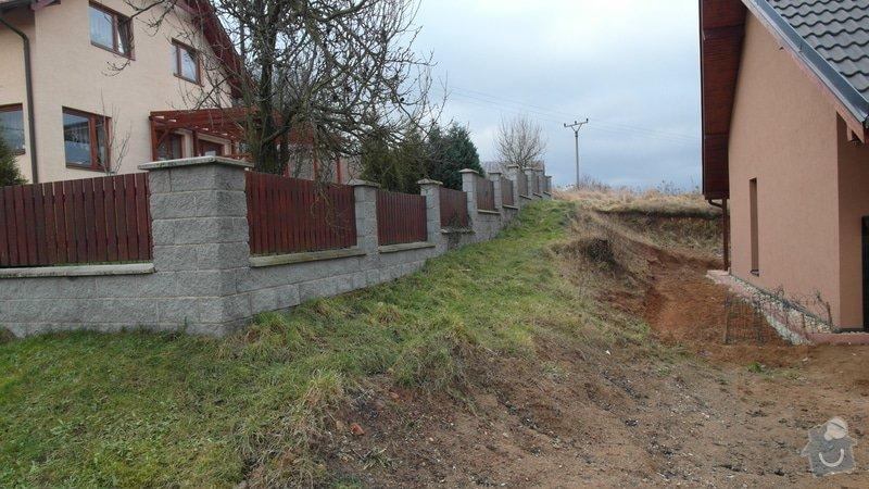 Realizace zahrady se svažitými okraji: Pohled_z_ulice_do_zahrady_konci_vybagrovanym_svahem