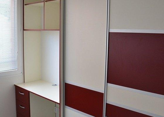 Podlaha, dveře, kuchyňská linka, vestvěná skříň