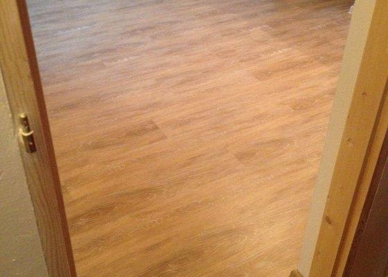 Pokládka vinylové podlahy systémem clic - 22 m2