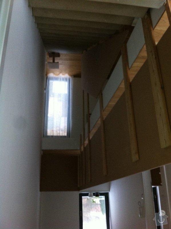 Skleněné zábradlí schodiště : nahore