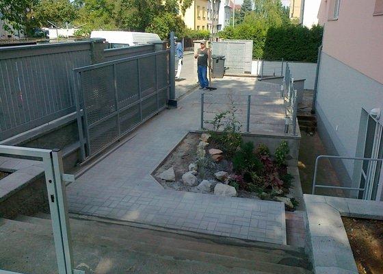 Rekonstrukce parkovacího stání, nový chodník