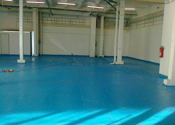 Betonáž podlahy v hale, panelové plochy