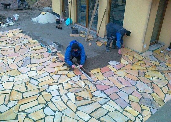 Pokládka přírodního kamene na terase