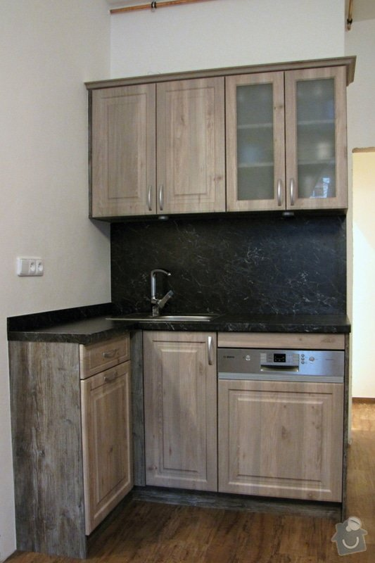 Výroba kuchyně - skříňky, police, pracovní deska: IMG_3218