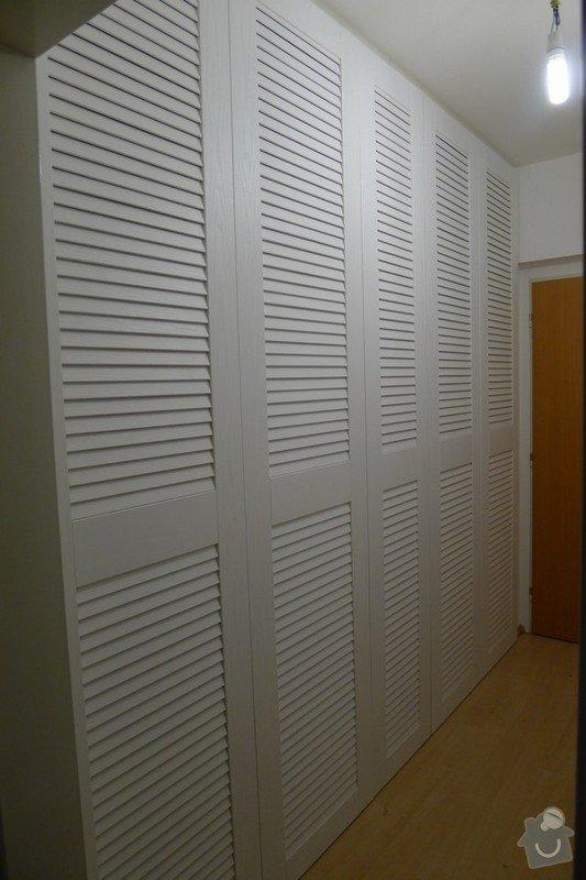 Bílé žaluziové dveře pro kout s pračkou a kumbál: predstava