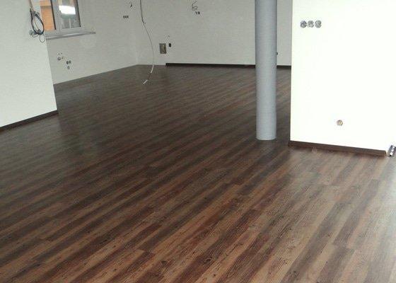 Pokládka vinylové plovoucí podlahy Wineo DesignLine Laguna.