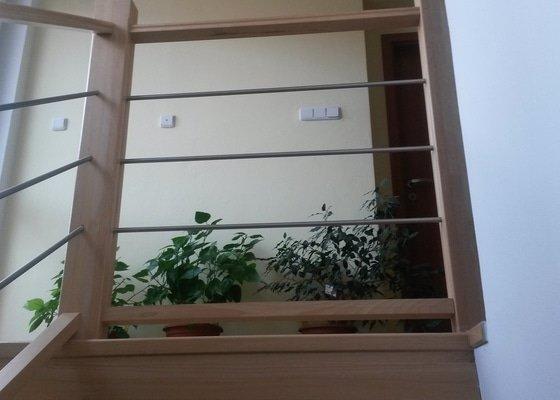 Schodiště a zábradlí v rodinném domě + skříň