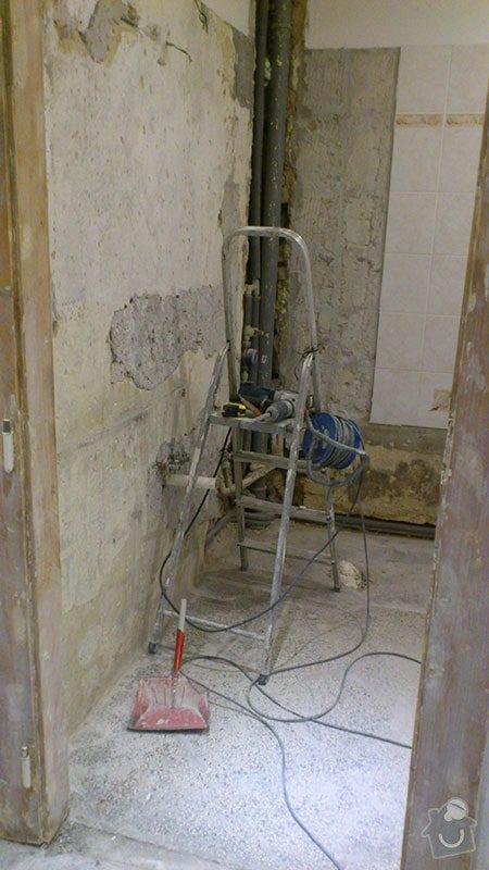 Koupelna s atypickým sprchovým koutem: 01_odstraneni_starych_obkladu_a_dlazby