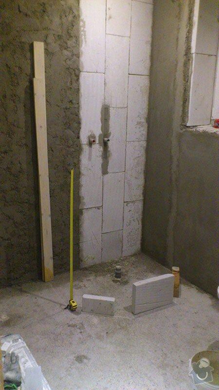 Koupelna s atypickým sprchovým koutem: 03_srovnani_krive_zdi