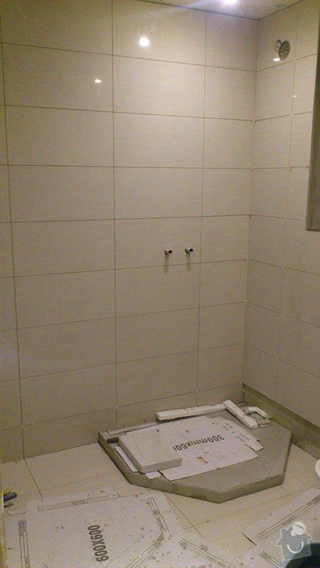 Koupelna s atypickým sprchovým koutem: 04_obklady_a_vyzdeni_sprchy