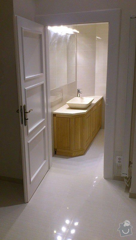 Koupelna s atypickým sprchovým koutem: 06_nova_dlazba_v_hale_a_koupelne