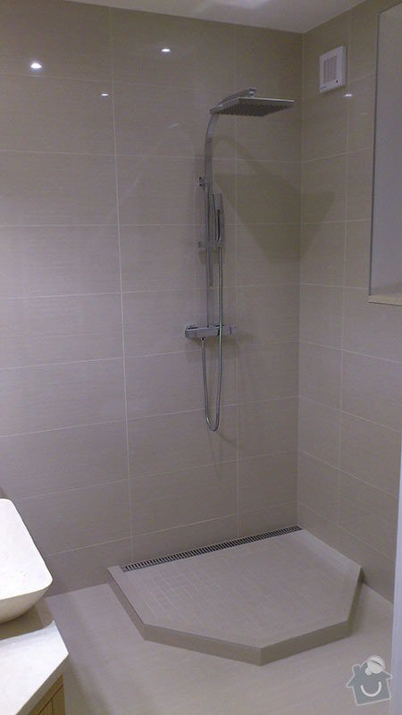 Koupelna s atypickým sprchovým koutem: 07_novy_kout_zatim_bez_zasteny